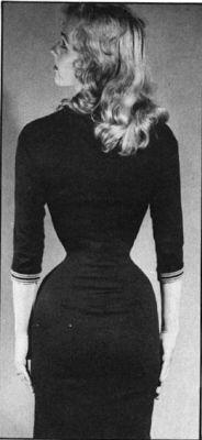 Korsetteret kvinde i stram kjole