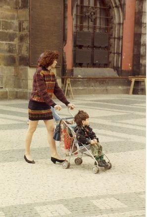En elegant mor i strikket sæt