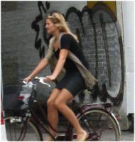 Kvinde i kjole på cykel